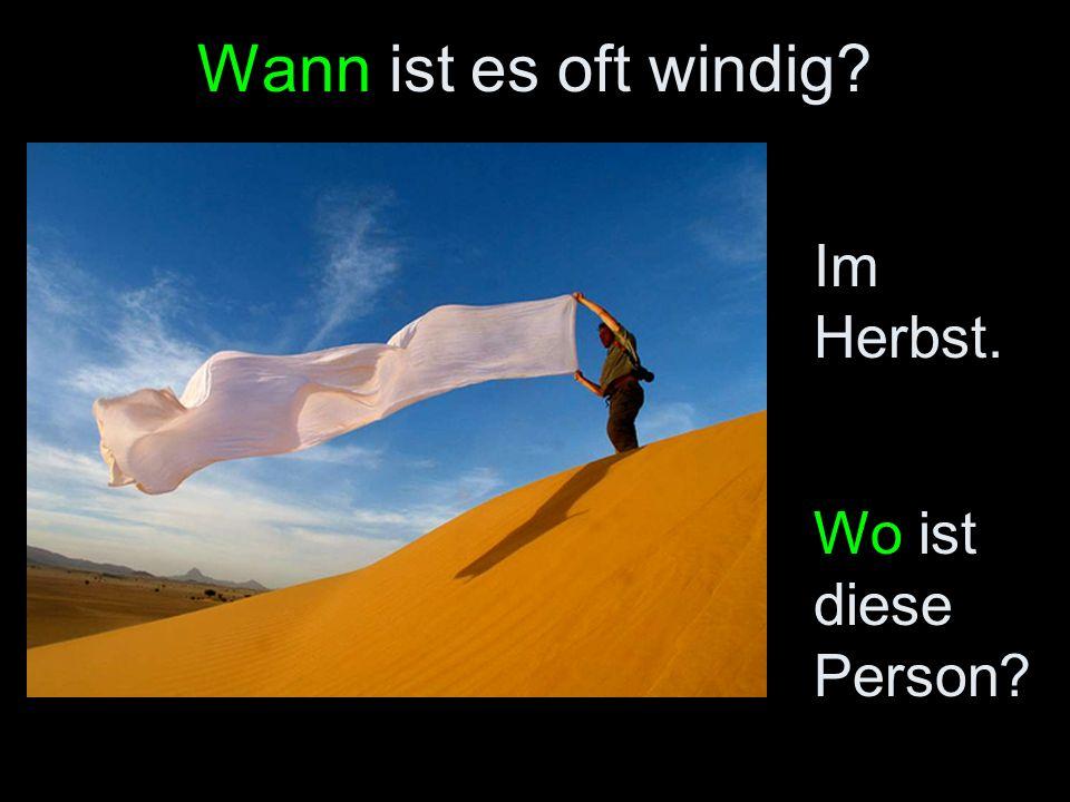Wann ist es oft windig? Im Herbst. Wo ist diese Person?