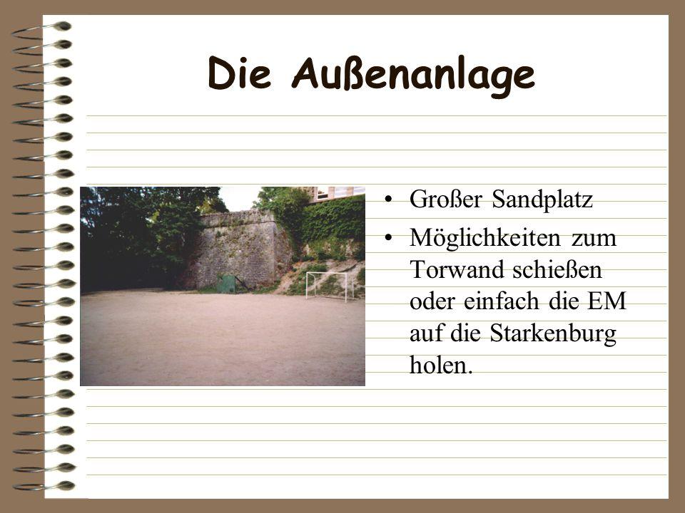 Die Außenanlage Großer Sandplatz Möglichkeiten zum Torwand schießen oder einfach die EM auf die Starkenburg holen.