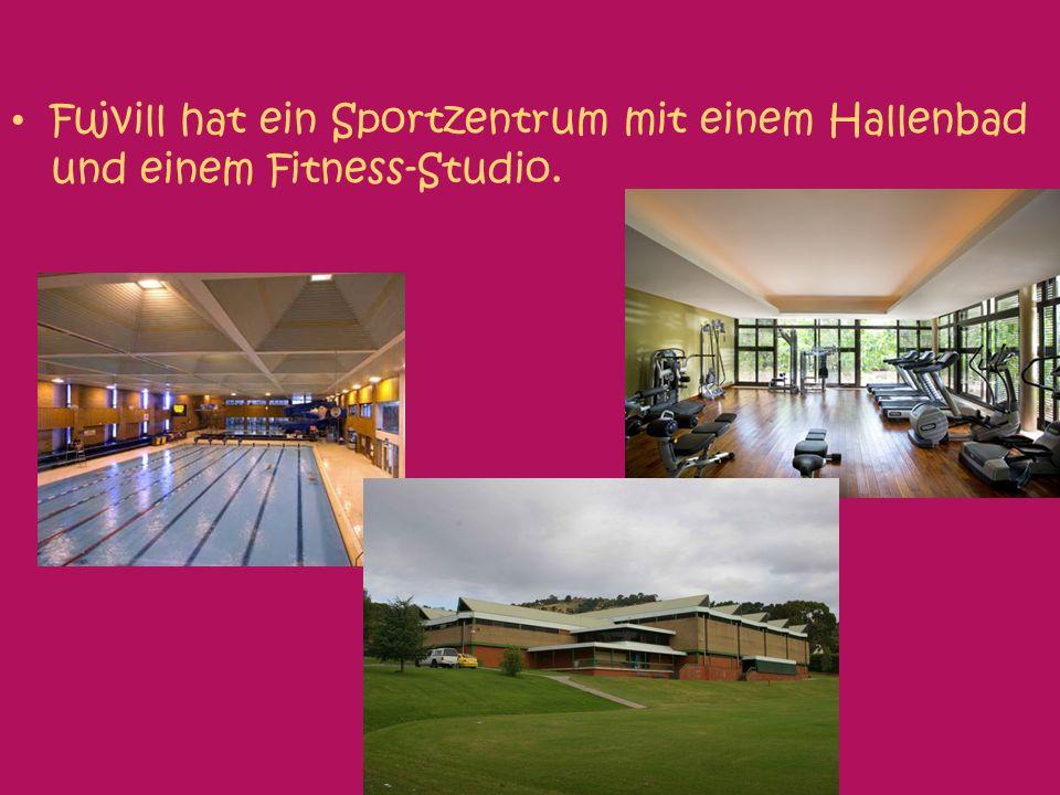 Fujvill hat ein Sportzentrum mit einem Hallenbad und einem Fitness-Studio.