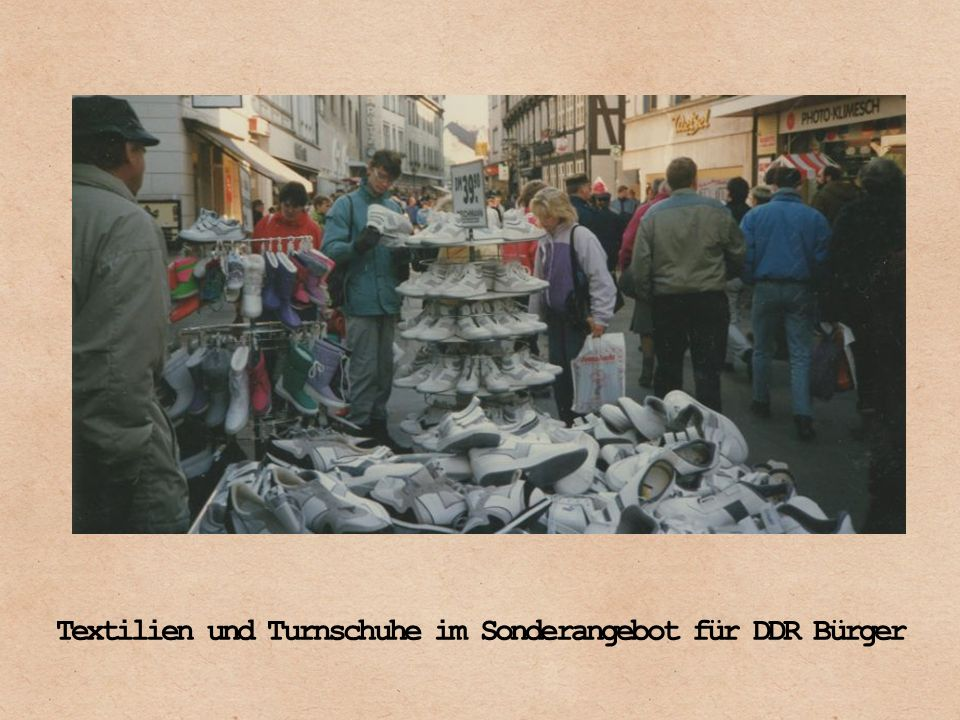 Textilien und Turnschuhe im Sonderangebot für DDR Bürger