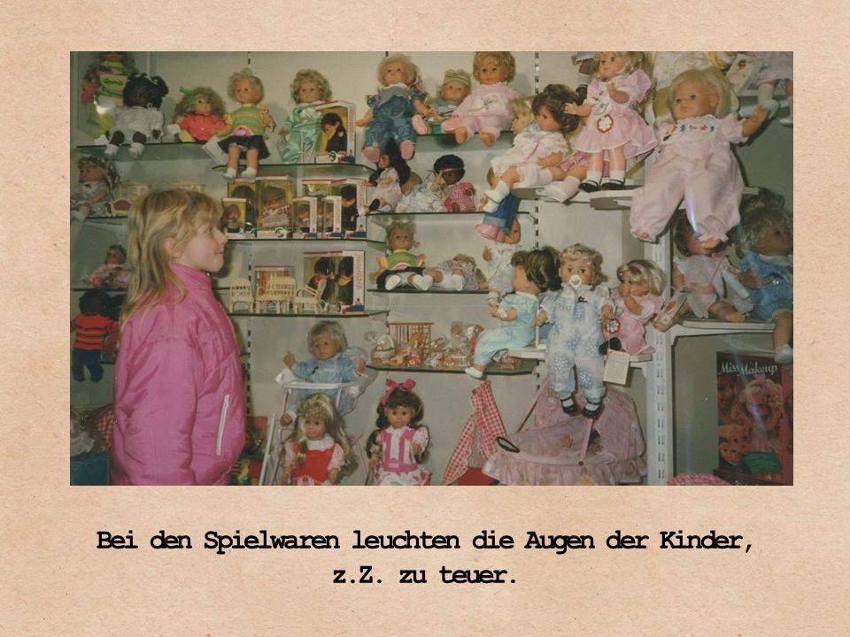Bei den Spielwaren leuchten die Augen der Kinder, z.Z. zu teuer.