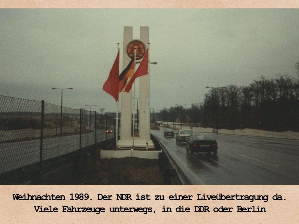 Weihnachten 1989. Der NDR ist zu einer Liveübertragung da. Viele Fahrzeuge unterwegs, in die DDR oder Berlin