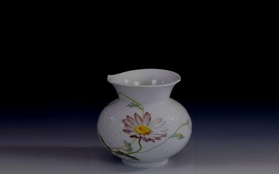 auf dem Tisch in einer Vase, weiss und gelb Margaritenzier.