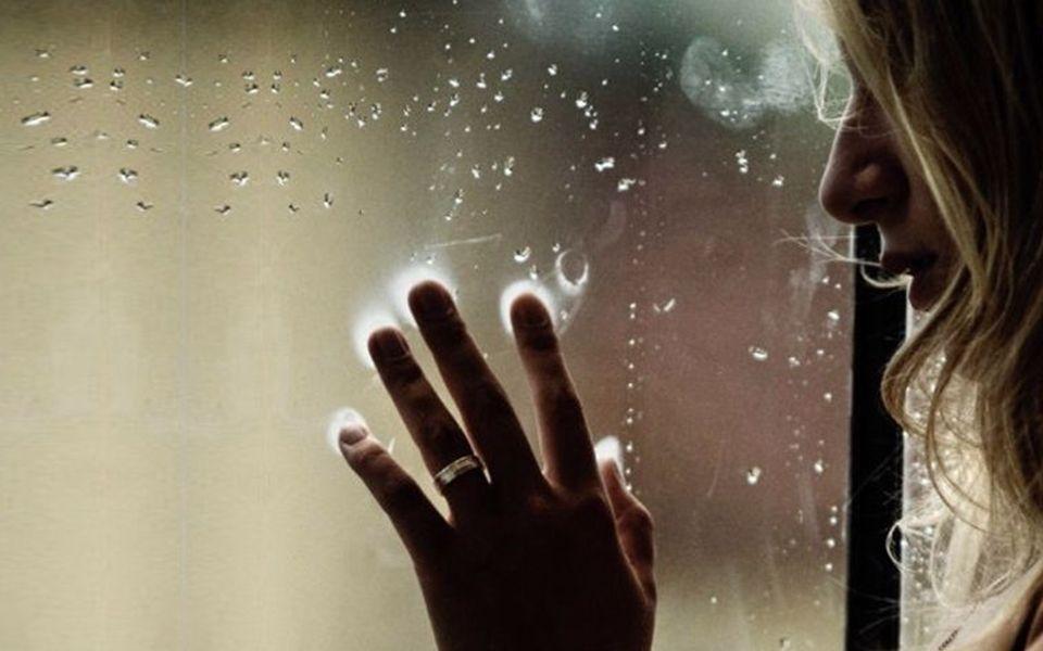 Gehe sehnsüchtig zum Fenster, schau dem trüben Wetter zu,