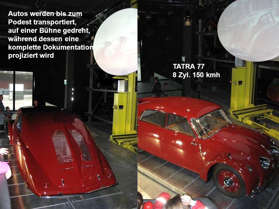 Autos werden bis zum Podest transportiert, auf einer Bühne gedreht, während dessen eine komplette Dokumentation projiziert wird TATRA 77 8 Zyl. 150 km