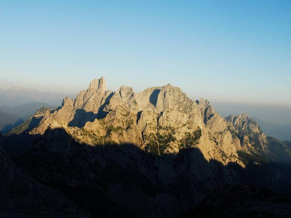 Die Adamekhütte im Morgenlicht.