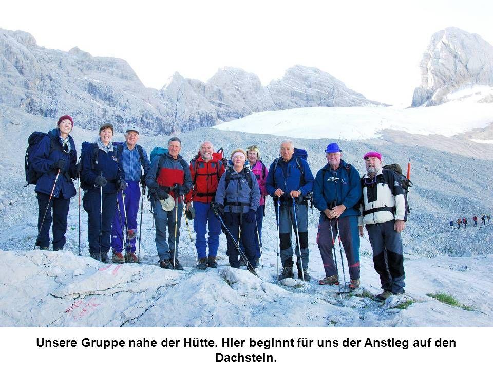 Unsere Gruppe nahe der Hütte. Hier beginnt für uns der Anstieg auf den Dachstein.