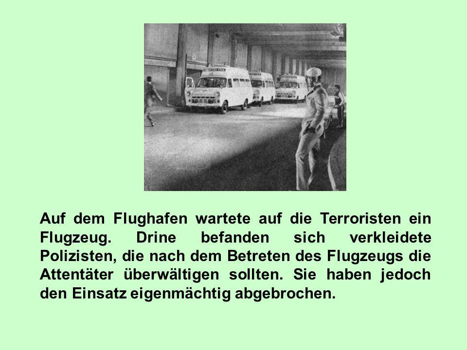Die Terroristen verlangten für das Verlassen des Gebäudes einen Bus und zwei Helikopter. Die Attentäter besteigen zusammen mit ihren Gefangenen den Bu