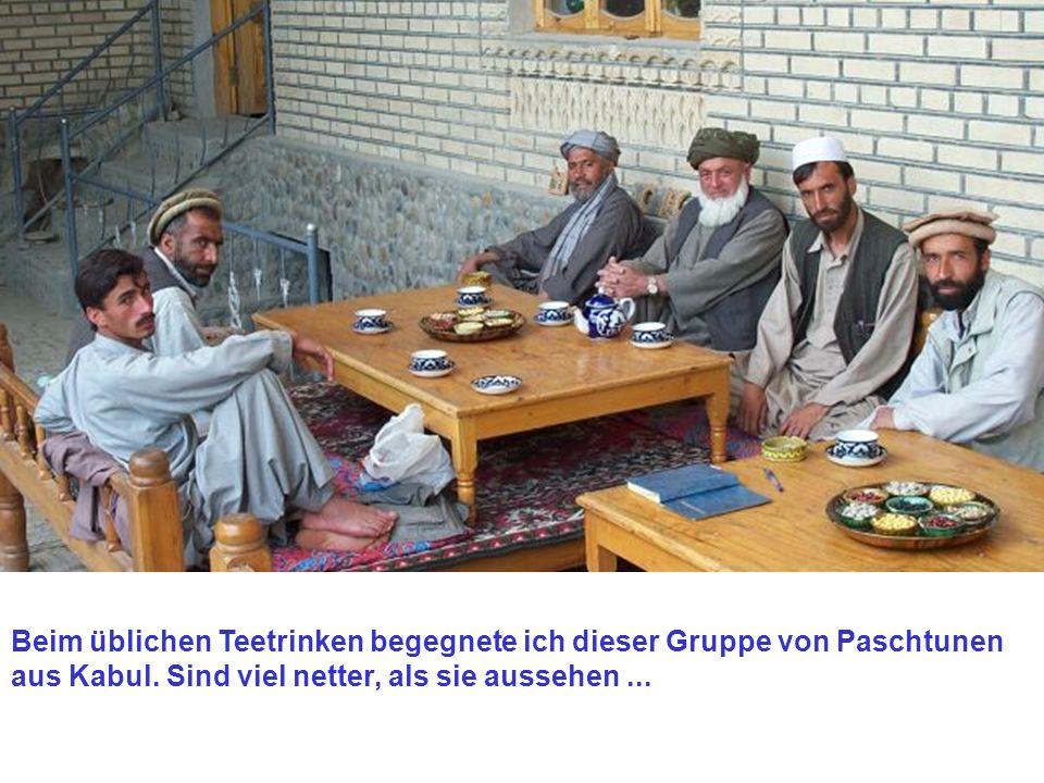 Beim üblichen Teetrinken begegnete ich dieser Gruppe von Paschtunen aus Kabul.