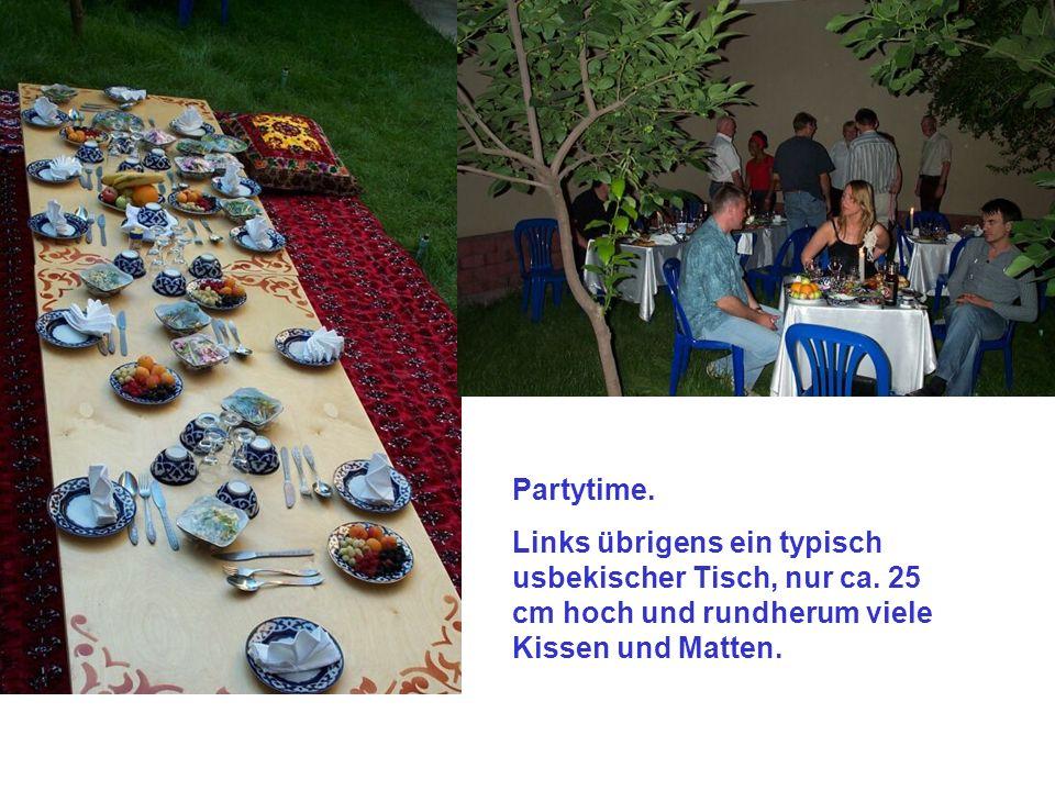 Partytime. Links übrigens ein typisch usbekischer Tisch, nur ca.