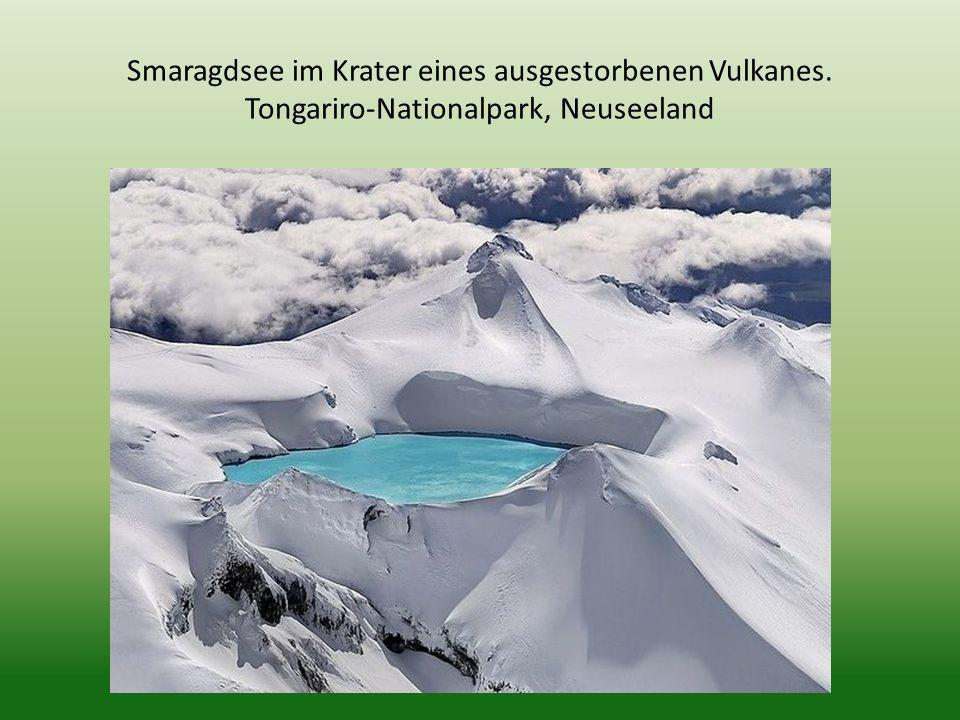 Smaragdsee im Krater eines ausgestorbenen Vulkanes. Tongariro-Nationalpark, Neuseeland