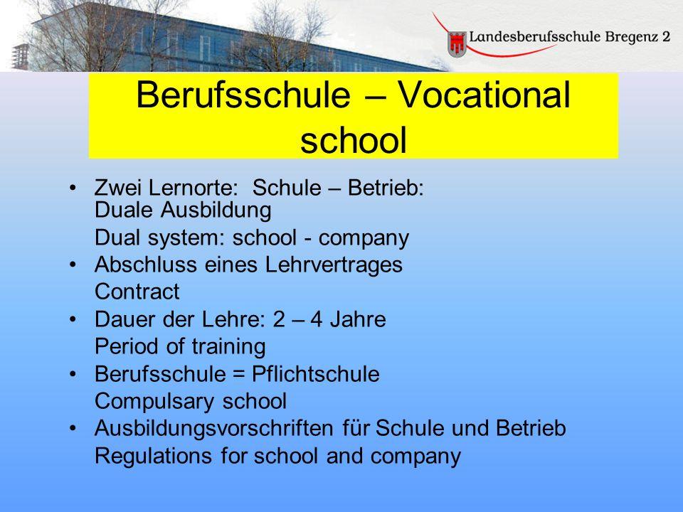 Berufsschule – Vocational school Zwei Lernorte: Schule – Betrieb: Duale Ausbildung Dual system: school - company Abschluss eines Lehrvertrages Contrac