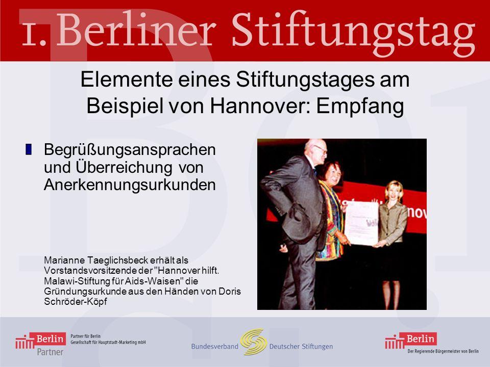 Elemente eines Stiftungstages am Beispiel von Hannover: Empfang Begrüßungsansprachen und Überreichung von Anerkennungsurkunden Marianne Taeglichsbeck erhält als Vorstandsvorsitzende der Hannover hilft.