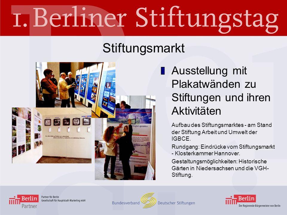 Stiftungsmarkt Ausstellung mit Plakatwänden zu Stiftungen und ihren Aktivitäten Aufbau des Stiftungsmarktes - am Stand der Stiftung Arbeit und Umwelt
