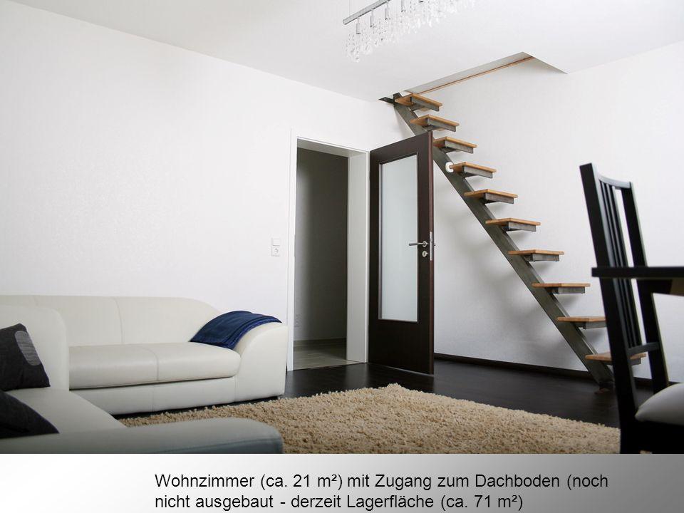 Wohnzimmer (ca. 21 m²) mit Zugang zum Dachboden (noch nicht ausgebaut - derzeit Lagerfläche (ca. 71 m²)