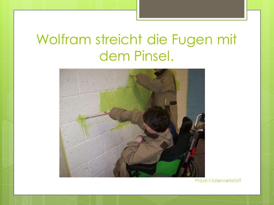 Wolfram streicht die Fugen mit dem Pinsel. Praxis Malerwerkstatt