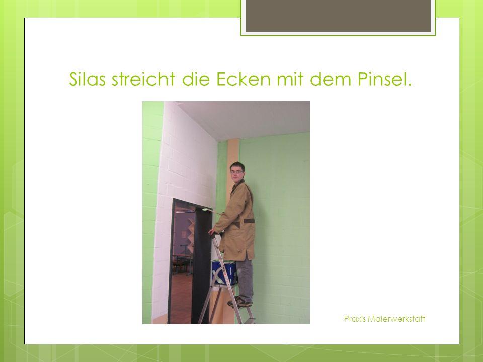 Silas streicht die Ecken mit dem Pinsel. Praxis Malerwerkstatt