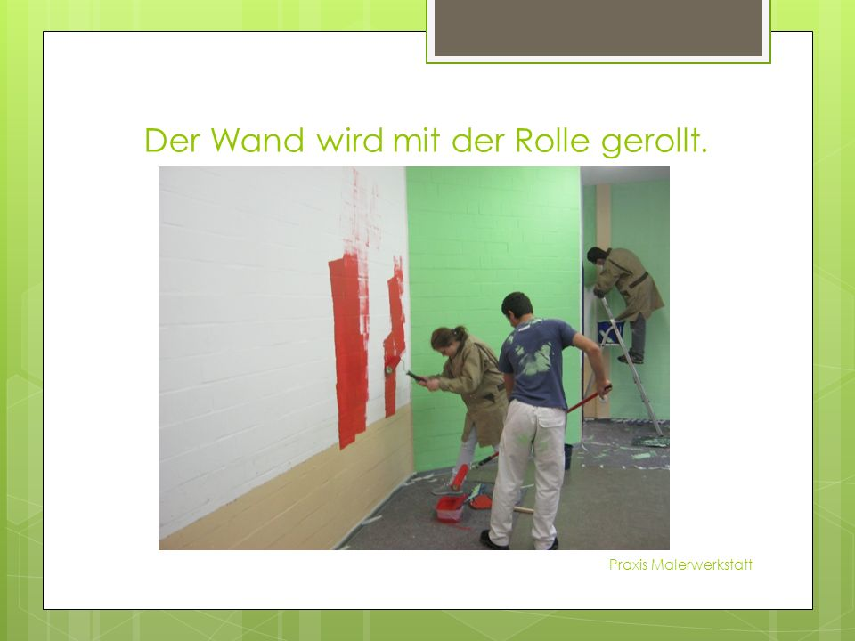 Der Wand wird mit der Rolle gerollt. Praxis Malerwerkstatt