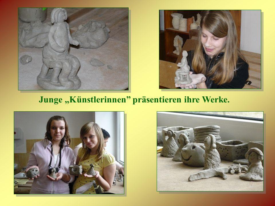 Junge Künstlerinnen präsentieren ihre Werke.