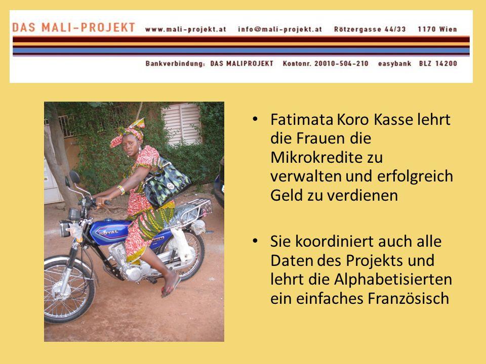 Fatimata Koro Kasse lehrt die Frauen die Mikrokredite zu verwalten und erfolgreich Geld zu verdienen Sie koordiniert auch alle Daten des Projekts und