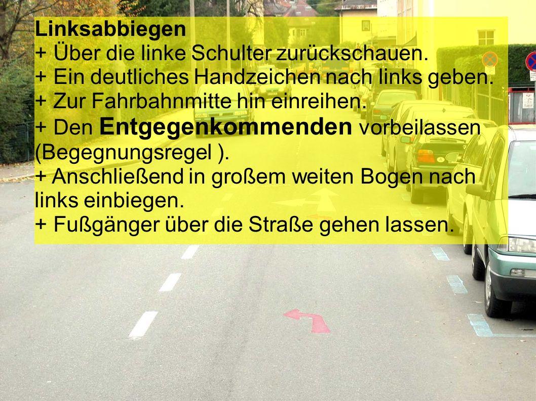 Parkende Autos vor der Kreuzung + Über die linke Schulter zurückschauen. + Ein deutliches Handzeichen nach links geben. + Den Gegenverkehr vorbeilasse