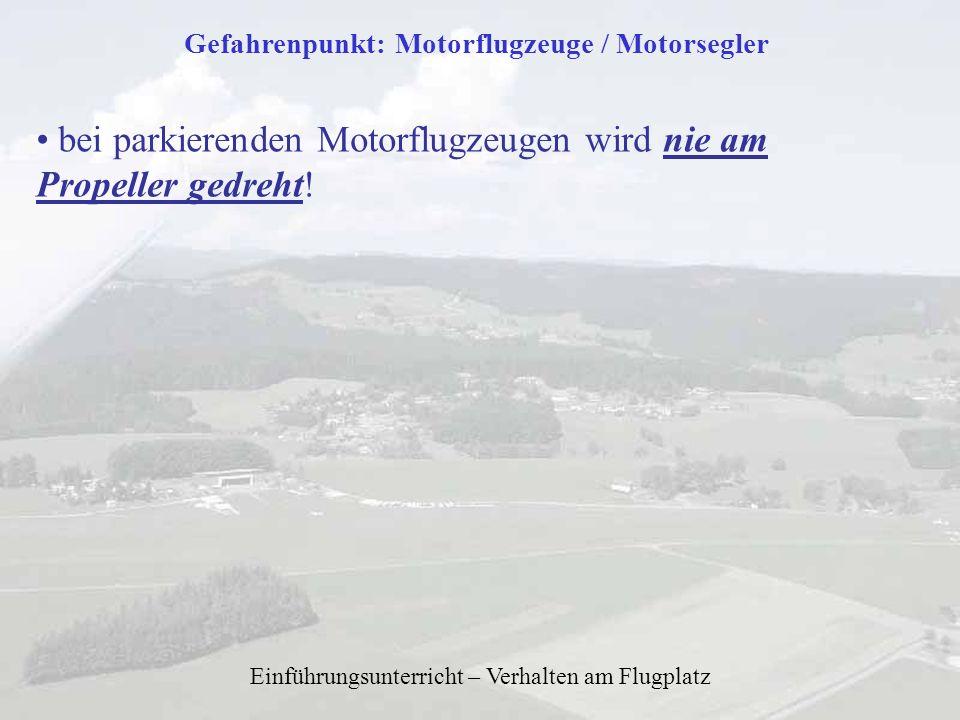 Einführungsunterricht – Verhalten am Flugplatz Gefahrenpunkt: Motorflugzeuge / Motorsegler bei parkierenden Motorflugzeugen wird nie am Propeller gedr