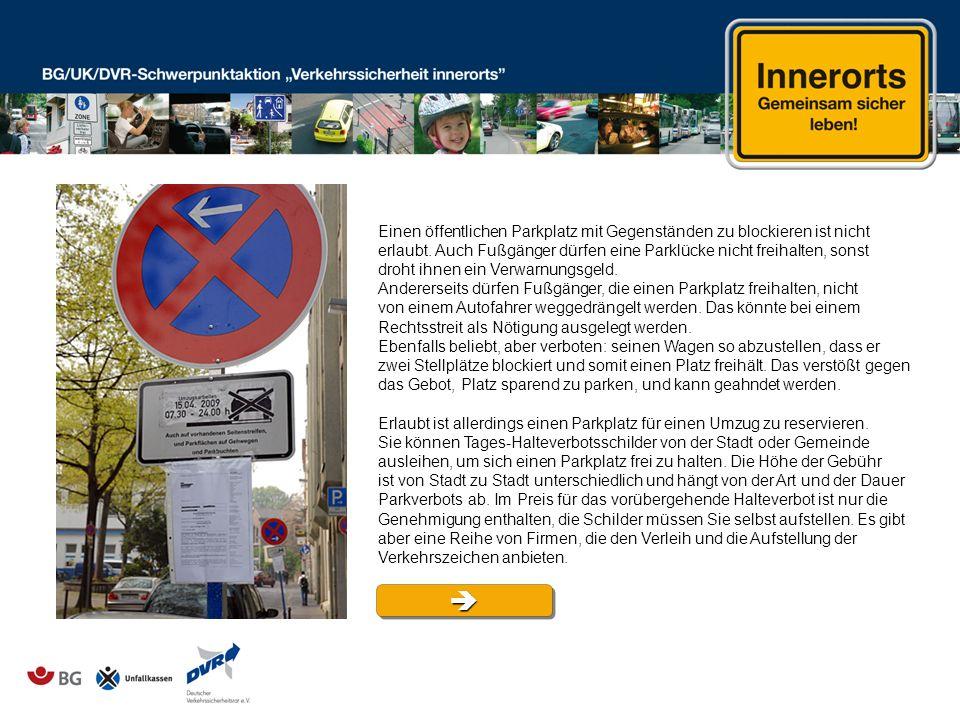 Einen öffentlichen Parkplatz mit Gegenständen zu blockieren ist nicht erlaubt. Auch Fußgänger dürfen eine Parklücke nicht freihalten, sonst droht ihne
