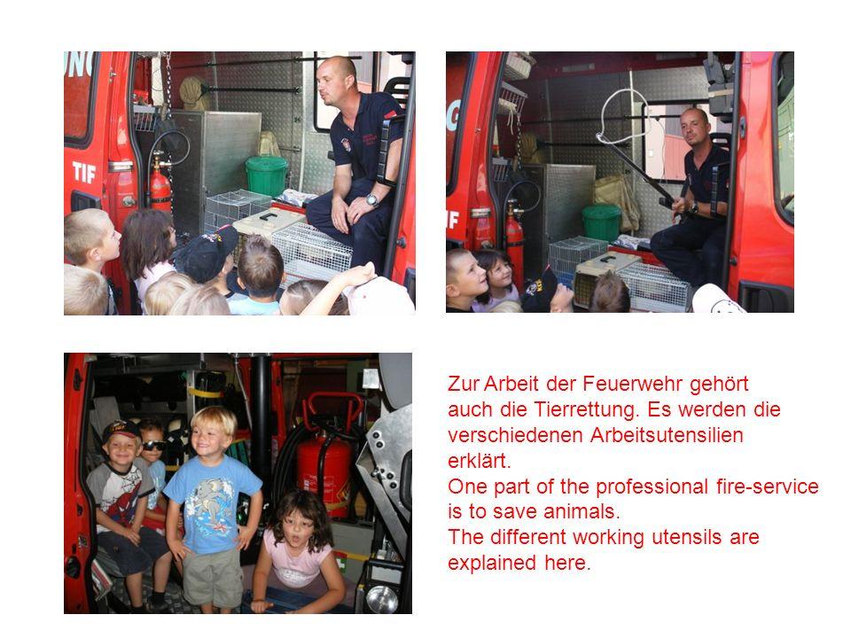Zur Arbeit der Feuerwehr gehört auch die Tierrettung. Es werden die verschiedenen Arbeitsutensilien erklärt. One part of the professional fire-service