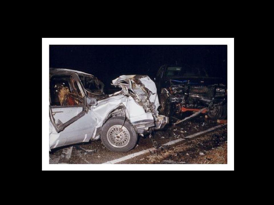 Auf der anderen Seite kam ein Auto, das von einem hübschen jungen Mann gesteuert wurde. Er fuhr Auto, obwohl er ein paar Bierchen getrunken hatte. Da