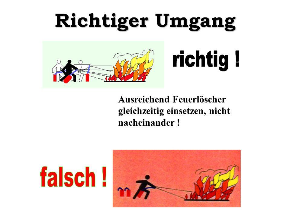 Richtiger Umgang Ausreichend Feuerlöscher gleichzeitig einsetzen, nicht nacheinander !
