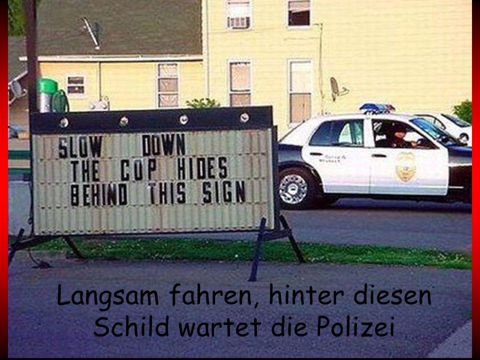 Langsam fahren, hinter diesen Schild wartet die Polizei