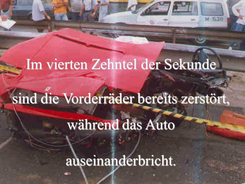 Im vierten Zehntel der Sekunde sind die Vorderräder bereits zerstört, während das Auto auseinanderbricht.