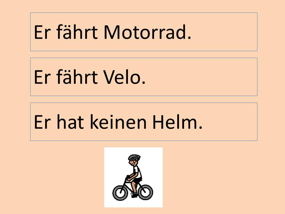 Er fährt Velo. Er fährt Motorrad. Er hat keinen Helm.