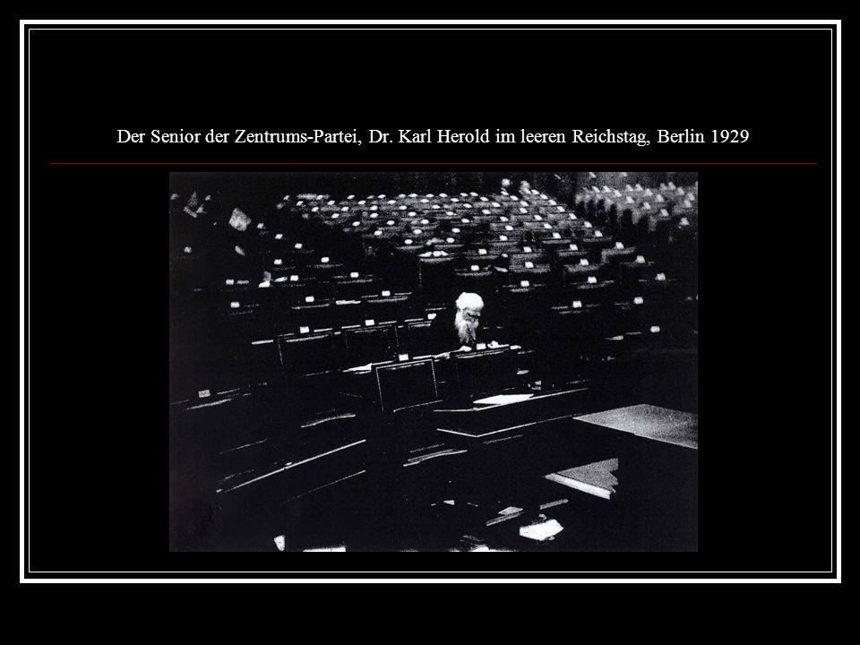 Der Senior der Zentrums-Partei, Dr. Karl Herold im leeren Reichstag, Berlin 1929