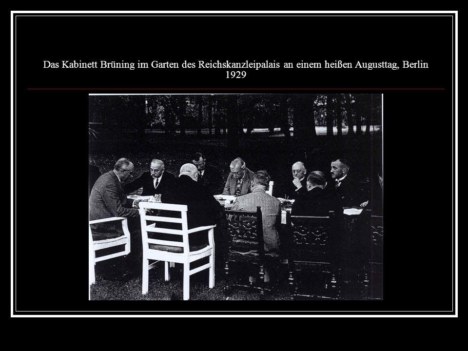 Das Kabinett Brüning im Garten des Reichskanzleipalais an einem heißen Augusttag, Berlin 1929