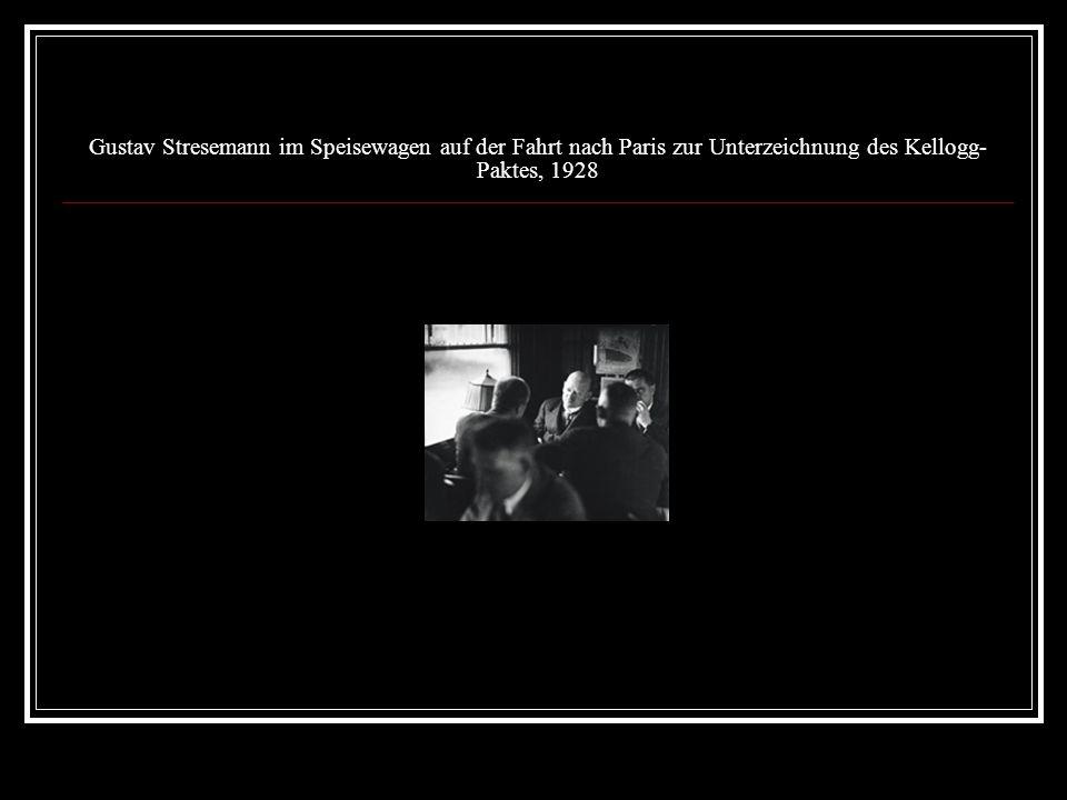 Gustav Stresemann im Speisewagen auf der Fahrt nach Paris zur Unterzeichnung des Kellogg- Paktes, 1928
