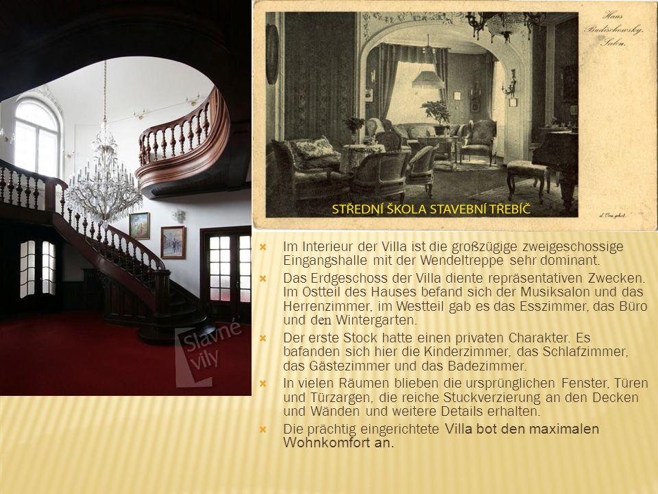Im Interieur der Villa ist die großzügige zweigeschossige Eingangshalle mit der Wendeltreppe sehr dominant. Das Erdgeschoss der Villa diente repräsent