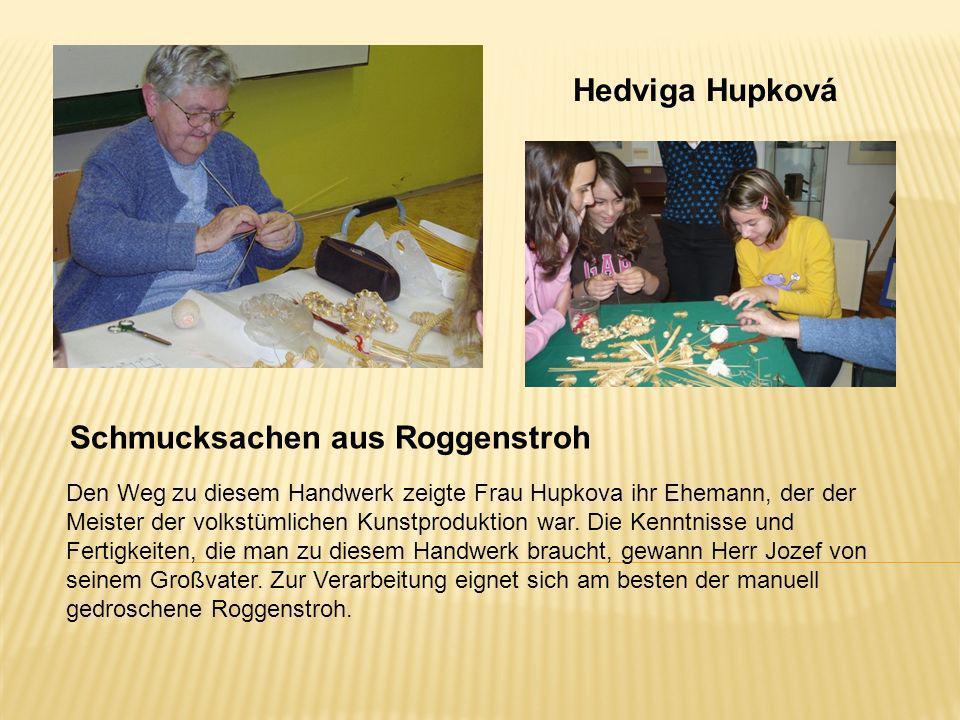 Hedviga Hupková Schmucksachen aus Roggenstroh Den Weg zu diesem Handwerk zeigte Frau Hupkova ihr Ehemann, der der Meister der volkstümlichen Kunstprod