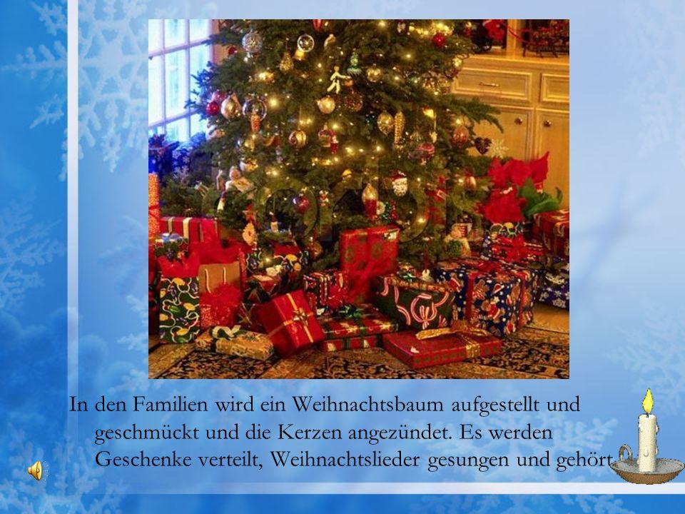 In den Familien wird ein Weihnachtsbaum aufgestellt und geschmückt und die Kerzen angezündet. Es werden Geschenke verteilt, Weihnachtslieder gesungen