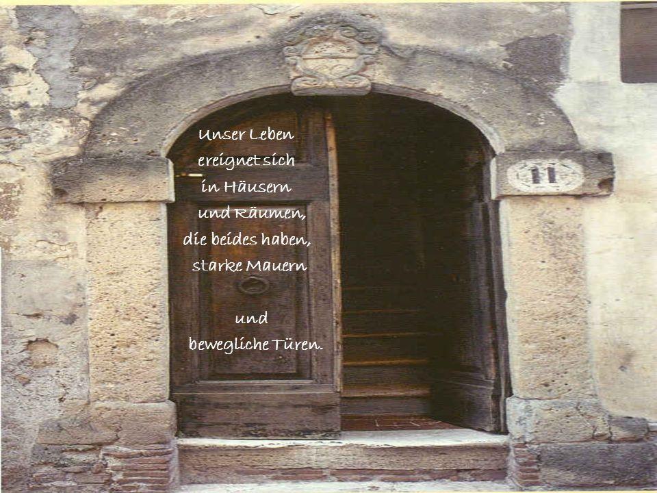 Eine Türe setzt Anfang und Ende. Eine Tür ist ein Zeichen für Spannung des Lebens. In die festen Wände sind offene Türen eingebaut.