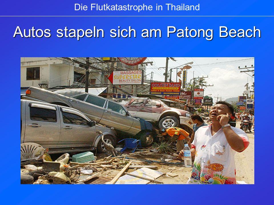 Autos stapeln sich am Patong Beach Die Flutkatastrophe in Thailand