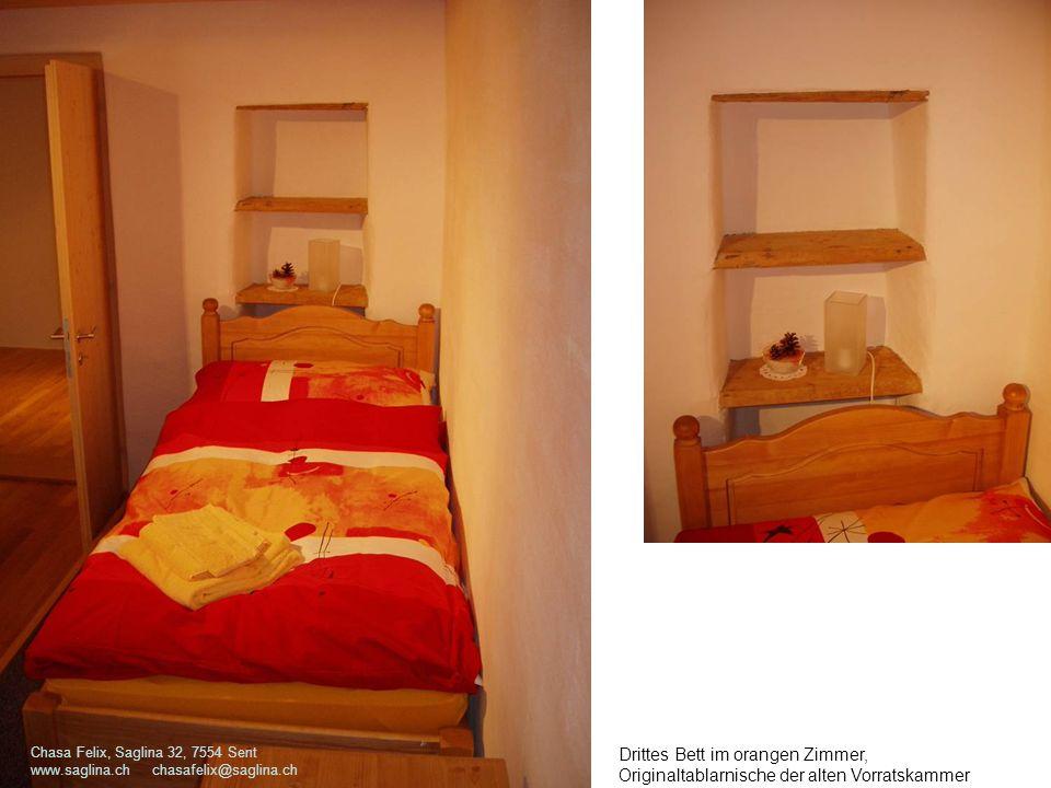 Drittes Bett im orangen Zimmer, Originaltablarnische der alten Vorratskammer Chasa Felix, Saglina 32, 7554 Sent www.saglina.ch chasafelix@saglina.ch