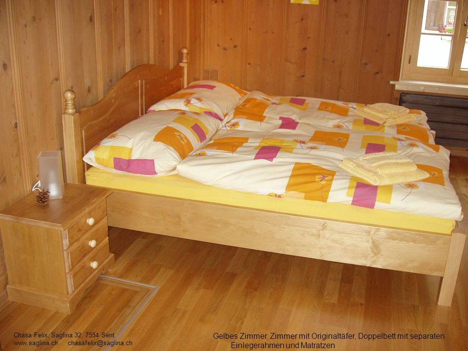 Gelbes Zimmer, Zimmer mit Originaltäfer, Doppelbett mit separaten Einlegerahmen und Matratzen Chasa Felix, Saglina 32, 7554 Sent www.saglina.ch chasaf