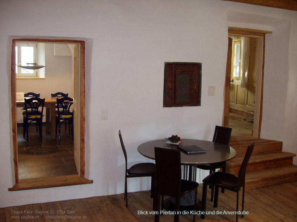 Blick vom Piertan in die Küche und die Arvenstube Chasa Felix, Saglina 32, 7554 Sent www.saglina.ch chasafelix@saglina.ch
