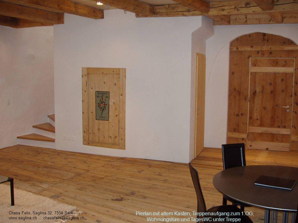 Piertan mit altem Kasten, Treppenaufgang zum 1.OG, Wohnungstüre und TagesWC unter Treppe Chasa Felix, Saglina 32, 7554 Sent www.saglina.ch chasafelix@