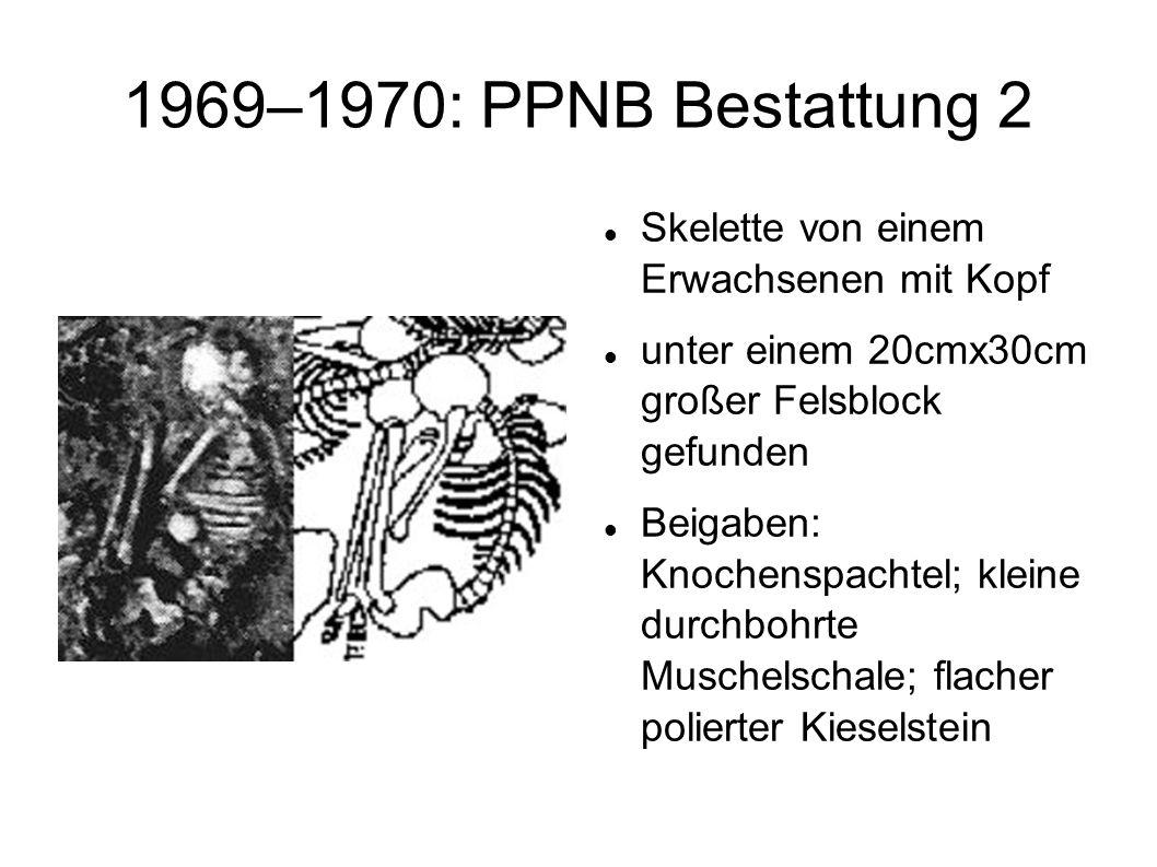1969–1970: PPNB Bestattung 2 Skelette von einem Erwachsenen mit Kopf unter einem 20cmx30cm großer Felsblock gefunden Beigaben: Knochenspachtel; kleine