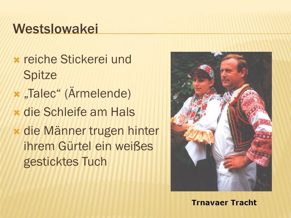 Westslowakei reiche Stickerei und Spitze Talec (Ärmelende) die Schleife am Hals die Männer trugen hinter ihrem Gürtel ein weißes gesticktes Tuch Trnavaer Tracht