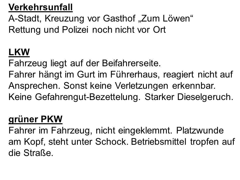 Verkehrsunfall A-Stadt, Kreuzung vor Gasthof Zum Löwen Rettung und Polizei noch nicht vor Ort LKW Fahrzeug liegt auf der Beifahrerseite. Fahrer hängt