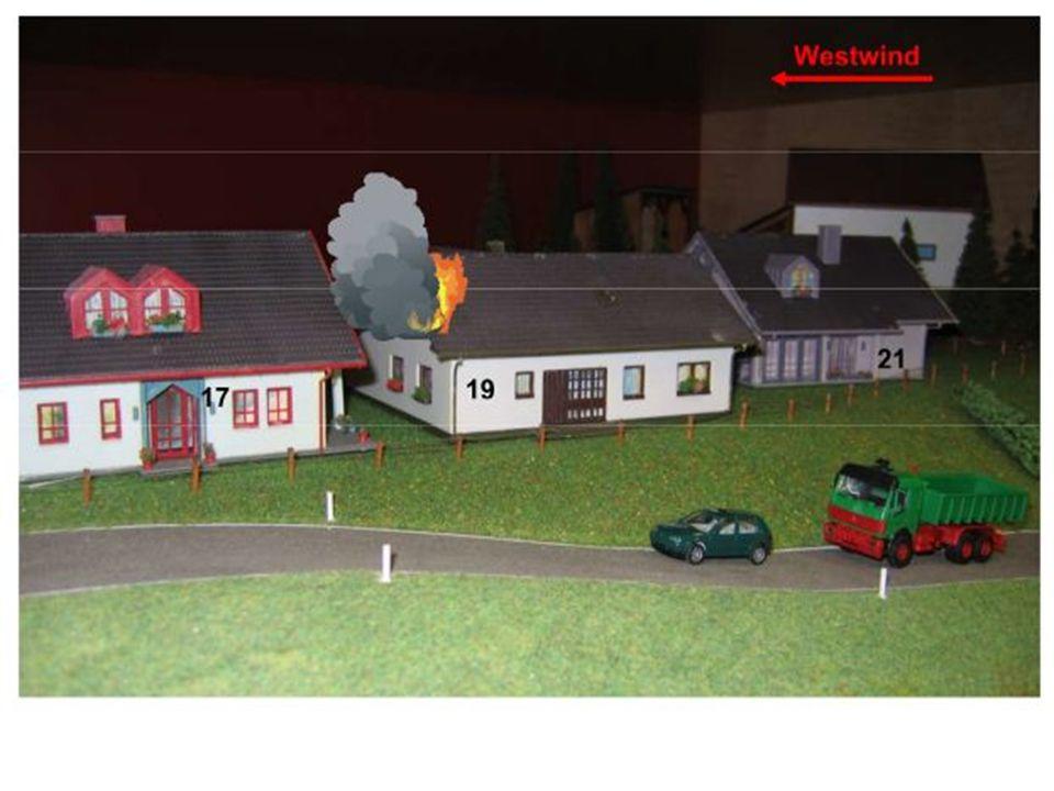 Dachstuhlbrand A-Stadt, Julia-Marx-Weg Nr.19 Brand im Dachgeschoß Lt.
