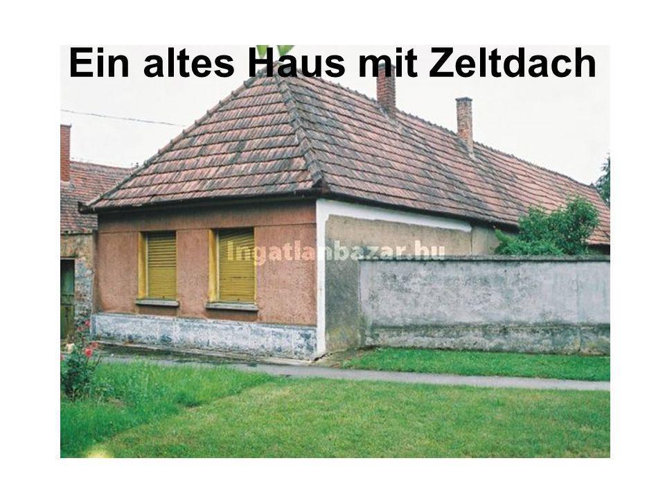 Ein altes Haus mit Zeltdach